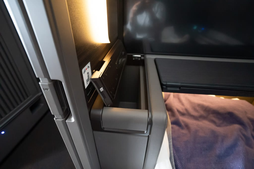 ANA New F 19 - WORLD EXCLUSIVE REVIEW - ANA : New First Class Suite - Tokyo HND to London LHR (B777)
