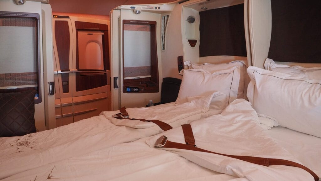 sq old suites bed 1 1024x578 - REVIEW - Qatar Airways : Q Suites Business Class - B777 - London (LHR) to Doha (DOH)
