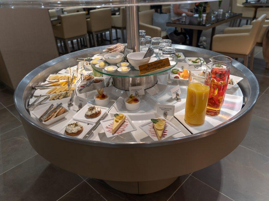 EK LGW lounge 12 880x657 - REVIEW - Emirates Lounge - London (LGW)