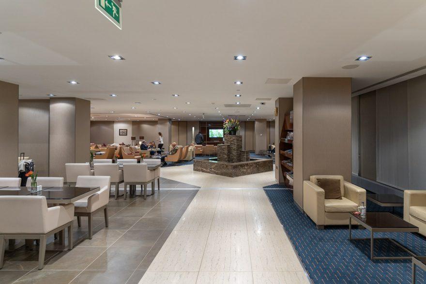 EK LGW lounge 3 880x587 - REVIEW - Emirates Lounge - London (LGW)